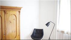 modern ház, lakás, antik szekrény - Szép házak, luxuslakások 8 Nightstand, Table, Furniture, Home Decor, Homemade Home Decor, Bedside Desk, Mesas, Home Furnishings, Desk