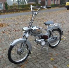 Merk: Puch. Type: Tomos. Bouwjaar: Jaren 60. CC inhoud: 49 cc. Kenteken: Nederlands kenteken. Afgelezen tellerstand: 20517 km. Schakel/automaat: Schakel. Staat van het voertuig: in zeer goede staat Dit voertuig kan bekeken en afgehaald worden in Drogeham, Nederland. Biedingen zijn exclusief transport en export, tenzij anders aangegeven. Dit is een gebruikt voertuig. Het is aan te bevelen het voertuig te bezichtigen alvorens een bod uit te brengen. Dit om teleurstelling achtera...