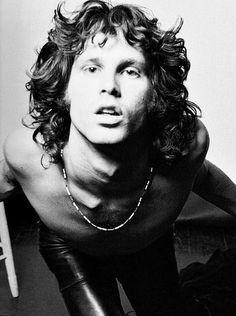 Jim Morrison photographed by Joel Brodsky, 1967. Após o aumento explosivo da fama dos The Doors em 1967, Morrison desenvolveu uma grave dependência de álcool que juntamente com o consumo de drogas culminou na sua morte com 27 anos de idade em Paris. Alguns dizem que veio a falecer devido a uma overdose de heroína, mas como não foi realizada autópsia, a causa exata de sua morte ainda é contestada.