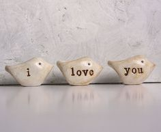Cadeau d'anniversaire... je t'aime... Trois oiseaux d'argile polymère à la main... Mot oiseaux