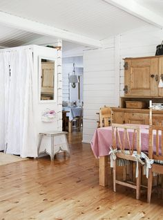 Ruokapöydän, tuolit ja talonpoikaiskaapin Nina on ostanut jo 1980-luvulla. Vanhat kaapit ovat matkanneet veneellä saareen.