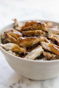 Kip teriyaki, beef teriyaki, zalm teriyaki: allemaal heerlijke gerechten. En drie keer raden wat deze gerechten zo lekker maakt… Die teriyaki saus kun je kant-en-klaar kopen, maar zelf maken is supersimpel en zó smakelijk. Meng de sojasaus, mirin, sake en suiker in een grote kom en roer goed door elkaar. Verwarm deze mix in een …