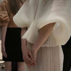 Image uploaded by Debruno. Find images and videos about fashion, design and details on We Heart It - the app to get lost in what you love. Foto Fashion, Runway Fashion, High Fashion, Fashion Show, Womens Fashion, Fashion Trends, Milan Fashion, Mode Chic, Mode Style