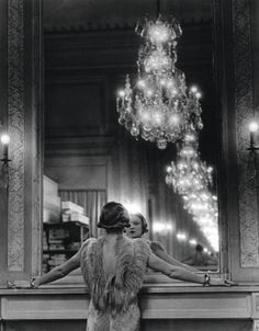 Alfred Eisenstaedt,   »Model looking in the mirror of fashion designer Molineux, Paris. »
