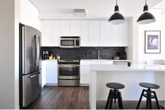 Contemporary white kitchen If you're looking for modern kitchen decor, white may be a good choice as it not only appears trendy but in addition blends. Home, Small Kitchen, Kitchen Remodel, Kitchen Decor, New Kitchen, Modern Kitchen Design, Minimalist Kitchen, Kitchen Renovation, Kitchen Design