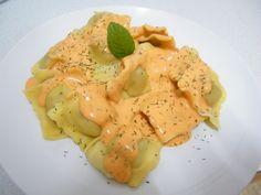Ravioli relleno de carne con salsa de pimiento piquillo