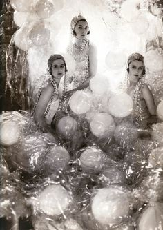 'The Soapsuds Group' at the Living Posters Ball, Vogue, 1930 Photographer: Cecil Beaton Models: Baba Beaton, Wanda Baille-Hamilton and Lady Bridget Poullett Alfred Stieglitz, Foto Fashion, Fashion History, Vintage Glamour, Vintage Beauty, Cabaret, Vintage Photographs, Vintage Photos, Vanity Fair