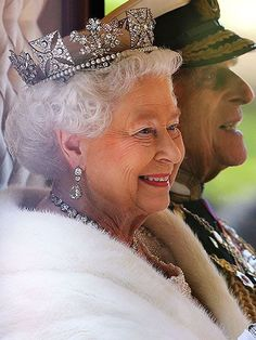 On September 2015 Queen Elizabeth II became the longest reigning British monarch, surpassing her great-great grandmother Queen Victoria who ruled for 63 years. ~ God Save The Queen! Long May She Reign! Die Queen, Hm The Queen, Royal Queen, Her Majesty The Queen, Reine Victoria, Queen Victoria, Windsor, Prinz Philip, Isabel Ii