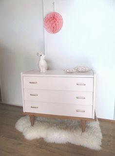 Idéé chambre enfant vintage rose blanc commode compas
