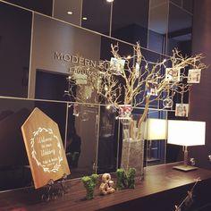 結婚式のウェルカムスペースで、二人の写真を枝に吊るして飾る「ウェルカムツリー」がトレンドになっていますね。たしかに、写真立てに入れて飾るよりもたくさん見てもらえてすっごく便利!ウェディングツリーにもいろんな形やタイプがありますので、ご紹介し