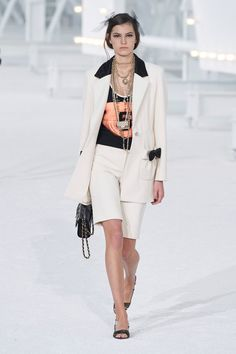 Chanel Spring 2021 Ready-to-Wear Collection - Vogue Fashion Week, Daily Fashion, Fashion Photo, Womens Fashion, Fashion Trends, Paris Fashion, Style Fashion, Fashion Hub, Primavera Chanel