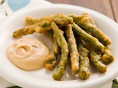 Fried Green Beans with Dipping Sauce. But with variations to make this healthy. Fried Green Beans, Boys Food, Veggie Fries, Yummy Appetizers, Appetizer Recipes, Yummy Snacks, Veggie Dishes, Vegetable Recipes, Side Dishes