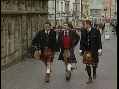 Love the red waistcoat with the dark colored kilt!