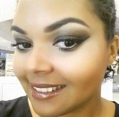 Maquiagem da @cintyalfs, do Beauty Team da NYX Maceió, que estão com 25% de desconto na promoção de páscoa da NYX: ela cobriu toda a pálpebra com o Kohl Kajal Brown e esfumou com uma das sombras da paleta Bossa Nova (coleção Love in Rio). Nos lábios, Butter Lip Gloss Ginger Snap