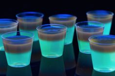 Glowing Jell-O Shots Replace water in jello with tonic water and vodka. Glows under black light. Halloween Jello Shots, Fröhliches Halloween, Halloween Cocktails, Halloween Desserts, Glow Party Food, Snacks Für Party, Party Drinks, Fun Drinks, Beverages