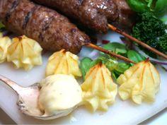 Enkla köttfärsspett med pommes duchesse och bearnaise Sauerkraut, Minced Meat Recipe, Mince Meat, Dessert Recipes, Desserts, French Fries, Chipotle, Lchf, Meat Recipes