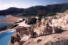 http://www.architecturaldigest.com/ad/real-estate/2014/ciutadella-menorca-mediterranean-sea-house-slideshow/jcr:content/par/cn_contentwell/par-main/cn_ad_slideshow/item4.rendition.slideshowHorizontal.ciutadella-menorca-estate-05-beach.jpg