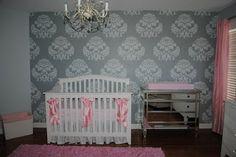 ¿Has pensado en poner un bonito papel tapiz a la habitación de tu bebé? Nosotros te podemos ayudar! Grey damask nursery. Damasco gris