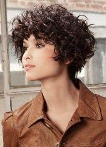 Attacher Ses Cheveux Boucles Ou Frises Avec Des Barrettes Ou Pinces Idees Coiffure Cheveux Courts Cheveux Coiffure