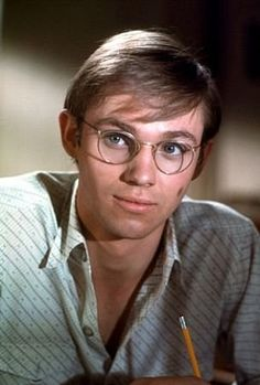 Richard Thomas played John Boy Walton, in The Waltons I always wished I had a brother like John- Boy! Richard Thomas was awesome in his portrayal of him! The Waltons Tv Show, Walton Family, Richard Thomas, Earl Thomas, John Boy, Actrices Hollywood, Star Wars, Old Tv Shows, Classic Tv