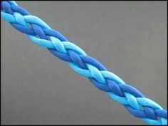 This is a really cool two color Snake Weave tutorial... very useful to make quick lanyards and straps, but also bracelets. #ParacordBraceletHQ