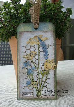 Today I was inspired by a card I saw on my tour through the net. It was made by Zoe at the Frilly and Funky Challenge Blog. It turned ...