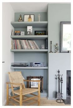 Etagere dans mur peinte en gris clair