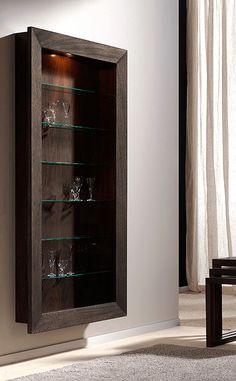 Estantería para colgar a pared con poco fondo e iluminación interior. Ideal para pasillos, entradas y para lucir colecciones de objetos varios como soldados de plomo. Fabricada en España con Nogal Español