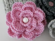 Alvariina : Ohje: Neulottu panta ja virkattu kukkanen Crochet Flowers, Crochet Hats, Crafts, Accessories, Tejidos, Flowers, Knitting Hats, Manualidades, Crocheted Flowers