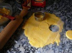 INGREDIENTES 1 xícara de farinha de milho (polenta) 2 colheres de azeite Queijo parmesão ralado Sal e pimenta a gosto Água MODO DE PREPARO Prepare a polenta colocando 3 xícaras de água fervente e mexa constantemente para evitar que se crie grumos. Assim que estiver pronto, deixe esfriar. Coloque a polenta fria sobre uma mesa …