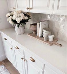 White Kitchen Counters, Chevron Kitchen, Kitchen Countertop Decor, White Kitchen Decor, White Home Decor, Home Decor Kitchen, Diy Kitchen, Home Kitchens, Kitchen Design