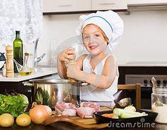 little-girl-cooking www.lebenlangfit.com