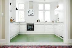 Vitt kök, grönt golv.