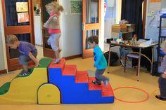 Voici notre parcours de motricité qui nous permet de travailler différents modes de déplacement : ramper, marcher en équilibre, marcher à 4 pattes, grimper...