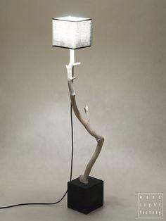 Lampa stojąca 110 cm. Piękne białe drewno i czerń dodatków tworzą ciekawe połączenie. #woodlightfactory #homemadelamp #beautifuldesign #tablelamp #naturedesign