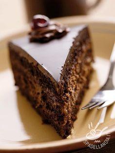 Chocolate cake and ricotta mousse - Torta al cioccolato e mousse di ricotta: una idea golosissima per un dessert che lascerà piacevolmente di stucco i vostri cari o i vostri ospiti!