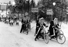 Joulupukit Solifer-mopoilla huristelemassa. Kuva: Helsingin kaupunginmuseo, 1960-luku. #joulupukki #helsinki