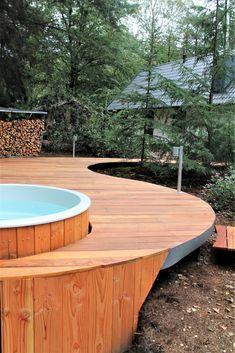 Deze kwalitatieve hardhouten terrasplank met een dikte van 2.1 cm en een breedte van 14.5 is momenteel ontzettend populair. Glad geschaafde terrasplanken zijn de trend van dit moment. Dit komt omdat ze je tuin een strak en modern uiterlijk geven en bovenal veel makkelijker te reinigen zijn dan gegroefde planken. Deze terrasplanken zijn zeer stabiel en hebben een dichte structuur, dus minder opname van vocht en alg. #klantfoto