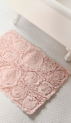 bed of roses bath mat  http://rstyle.me/n/rdmzwpdpe