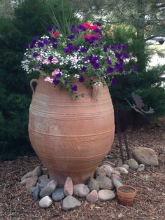 Clay pots, decorative stone and flowers – 28 ideas for the most unlikely garden design Clay pots, de Small Front Yard Landscaping, Tropical Landscaping, Landscaping With Rocks, Outdoor Landscaping, Landscaping Ideas, Rock Garden Design, Modern Garden Design, Landscape Design, Garden Care