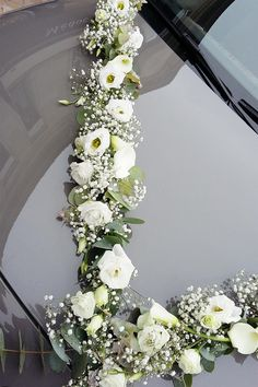 Découvrez nos dernières compositions florales pour décorer votre voiture le jour de votre mariage Wedding Car Decorations, Hand Flowers, Deco Floral, Wedding Trends, Wedding Planning, Floral Wreath, Wedding Day, Marriage, Weddings