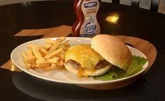 Hambúrguer de Pato com queijo teleggio e kinkan confitada no pão, acompanhado de fritas