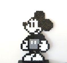 Mickey réaliser en perles à repasser #diy #hama #disney #pixelart