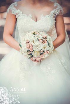 Нежный букет невесты из лизиантуса и кустовой розы