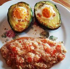 Gesund & lecker: Gebackene Avocado mit Ei und Couscous Salat. Mit etwas Fingerspitzengefühl ist diese Avocado Variante schnell zubereitet.