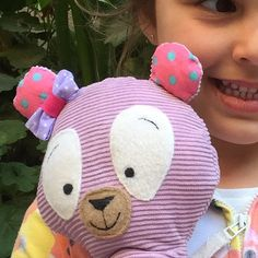 Her new friend, Betty Bear! ️ #lullipepe #handmade #kids #supporthandmade #shopsmall #SupportArtisans #handmadeloves #craftsposure #charhadas #handmadeisbetter #makersvillage #favehandmade #handmadeabcn #craftymom #makersmovement #cylcollective #wemakecollective #madeinbarcelona #handmadehq #instakids #toys #softtoys #hechoamano #bear #teddybear #girlie #bow #oso #peluche #osito