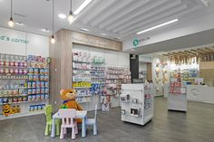Diseño , proyectos y reformas de farmacias en Galicia, A Coruña, Pontevedra, Lugo, Orense. Baby Store Display, Pharmacy Store, Pharmacy Design, Baby Shop, Interior Design, Shopping, Design Ideas, Model, Furniture