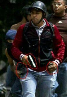 #3A UCV Caracas. Este sujeto estuvo siempre con radio, celular y arma en mano. IDENTIFICALO