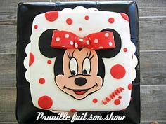 Gateau Minnie Mouse à pois rouge...