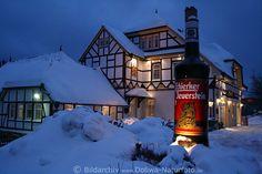 Schierker Feuerstein Stammhaus Alte Apotheke in Schnee Winterromantik Bild in blauer Stunde im Harzurlaub